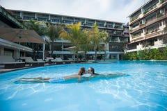 Homme et femme embrassant dans la piscine Photos libres de droits