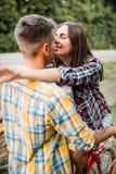 Homme et femme embrassant, date romantique, rétros vélos Photographie stock libre de droits