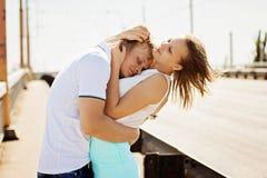 Homme et femme embrassant et embrassant sur le pont Photos libres de droits
