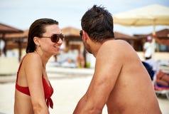 Homme et femme embrassant sur la plage Photo stock