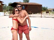 Homme et femme embrassant sur la plage Photographie stock