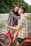 Homme et femme embrassant sur le rétro vélo Images stock