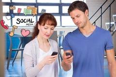 Homme et femme employant le media social aux téléphones intelligents Photographie stock libre de droits