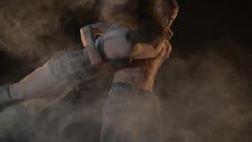 Homme et femme en farine, un type tenant une fille dans des ses bras, mouvement lent banque de vidéos