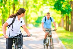 Homme et femme en parc sur des bicyclettes Image libre de droits