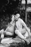 Homme et femme enceinte, dans un couple amoureux en parc photos stock