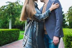 Homme et femme enceinte sur un fond vert Photographie stock