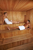 Homme et femme ensemble dans le sauna Image libre de droits
