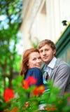 Homme et femme ensemble sur le balcon Photographie stock libre de droits