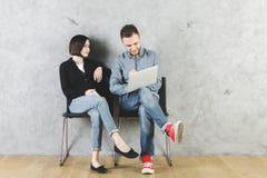 Homme et femme européens avec des dispositifs Photos stock
