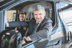 Homme et femme examinant la voiture d'électro de nouvelle génération Photographie stock