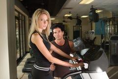 Homme et femme exerçant 4 Photo stock
