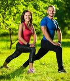 Homme et femme faisant étirant des exercices Images libres de droits