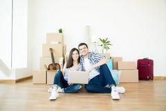 Homme et femme faisant des achats en ligne pour la nouvelle maison images stock
