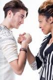Homme et femme faisant face dans une bataille des volontés photo libre de droits