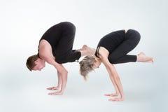 Homme et femme faisant le yoga dans la pose de grue de bakasana Photo libre de droits