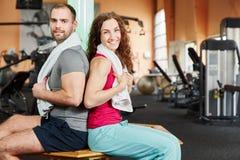 Homme et femme faisant une pause pendant la séance d'entraînement Images stock