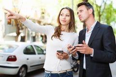 Homme et femme flânant par des rues de ville Images libres de droits