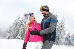 Homme et femme gais dans l'amour en nature neigeuse Photographie stock