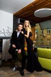 Homme et femme habillés dans le noir Image libre de droits