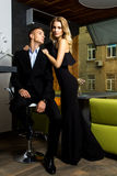 Homme et femme habillés dans le noir Image stock