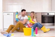 Homme et femme heureux au sujet des corvées de finissage Photos libres de droits