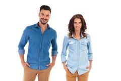 Homme et femme heureux avec des mains dans des poches Photographie stock