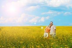 Homme et femme heureux dans le pré jaune photos stock