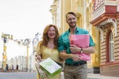 Homme et femme heureux de couples avec des paniers Image stock