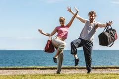 Homme et femme heureux de couples avec des sacs de sport Photos libres de droits