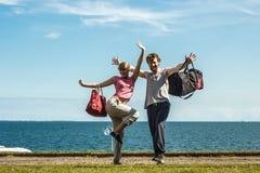 Homme et femme heureux de couples avec des sacs de sport Photographie stock libre de droits