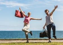 Homme et femme heureux de couples avec des sacs de sport Images libres de droits