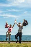 Homme et femme heureux de couples avec des sacs de sport Images stock