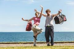 Homme et femme heureux de couples avec des sacs de sport Image libre de droits