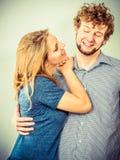 Homme et femme heureux de couples dans le studio Photographie stock libre de droits