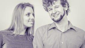 Homme et femme heureux de couples dans le studio Image libre de droits