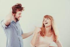 Homme et femme heureux de couples dans le studio Photos stock