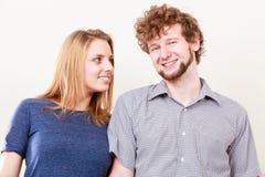 Homme et femme heureux de couples dans le studio Photo stock