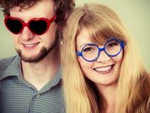 Homme et femme heureux de couples en verres Photographie stock libre de droits