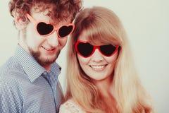 Homme et femme heureux de couples en verres Photos libres de droits