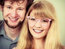 Homme et femme heureux de couples en verres Photos stock