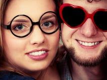 Homme et femme heureux de couples en verres Photographie stock