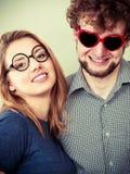 Homme et femme heureux de couples en verres Images stock