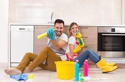 Homme et femme heureux pour des corvées de finition Photo libre de droits