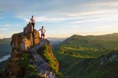 Homme et femme heureux sur la montagne supérieure images stock