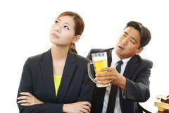 Homme et femme ivres dans le restaurant Image stock