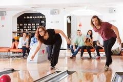 Homme et femme jouant dans le bowling Image libre de droits