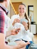 Homme et femme jouant des cartes Images libres de droits