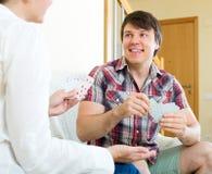 Homme et femme jouant des cartes Image libre de droits