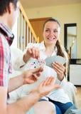 Homme et femme jouant des cartes Photos libres de droits